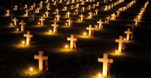 1nov2013---vela-foram-acesas-em-frente-a-tumulos-no-cemiterio-dos-herois-em-taguig-leste-de-manila-nas-filipinas-nesta-sexta-feira-1-os-filipinos-lotam-os-cemiterio-do-pais-para-visitar-1383338077411_956x500