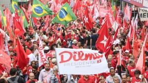 25out2014---manifestantes-favoraveis-a-reeleicao-da-presidente-dilma-rousseff-pt-realizam-ato-em-sao-bernardo-do-campo-sp-neste-sabado-25-vespera-do-segundo-turno-das-eleicoes-1414246512300_1920x1080 (2)